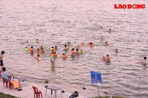 Nghệ An: Nắng nóng kéo dài, người dân T.P Vinh đổ xô ra sông Lam giải nhiệt
