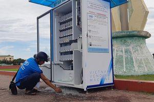 Hàng loạt máy bán hàng tự động bị đập phá, trộm tiền