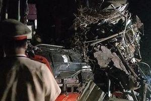 Điều tra nguyên nhân vụ tai nạn giữa xe tải và xe khách trong đêm, khiến nhiều người thương vong