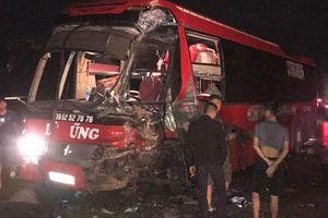 Thêm một vụ va chạm giữa ô tô khách và xe đầu kéo ở Hòa Bình