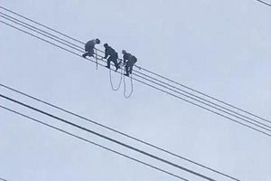 Sơn La: Giải cứu nam thanh niên ngồi vắt vẻo trên đường dây điện cao thế