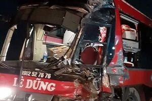Tiếp tục xảy ra tai nạn xe đầu kéo tông xe khách trên QL6-Hòa Bình