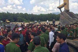 Nhiều người mặc áo 'Tập đoàn địa ốc Alibaba' đến trụ sở công an đòi thả người