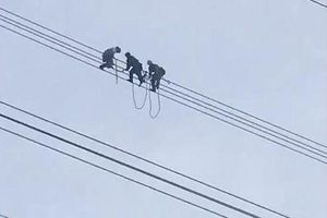 Huy động gần 50 người giải cứu nam thanh niên ngồi vắt vẻo trên đường điện cao thế suốt nhiều giờ