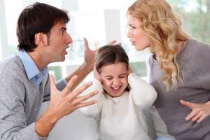 Cách dạy 'trống đánh xuôi, kèn thổi ngược' của bố mẹ hậu ly hôn