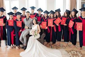 Cặp đôi xứ Nghệ 'gây bão' cộng đồng: 'Đang chụp kỉ yếu thì được chồng gọi về chụp ảnh cưới, nguyên đám bạn đi theo chụp ké'