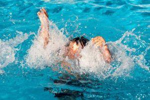Đi đăng ký học bơi, bé trai suýt chết vì nhảy xuống bể