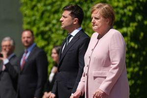 Thủ tướng Merkel run lẩy bẩy ở lễ chào cờ với tổng thống Ukraine