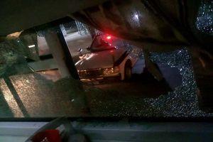 Truy tìm nhóm người ném đá vỡ kính xe khách khiến một phụ nữ bị thương