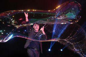 Phù thủy bong bóng nổi tiếng trình diễn 3 kỷ lục thế giới tại Sài Gòn