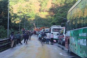 Giao thông trên đèo Bảo Lộc ách tắc nghiêm trọng vì sạt lở đất