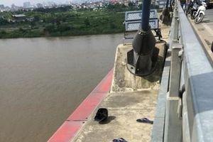 Ngất xỉu khi chứng kiến bạn trai nhảy xuống sông Hồng tự tử
