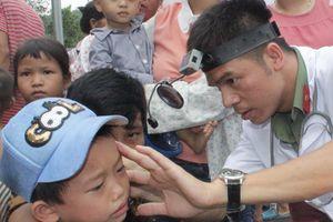 Tặng quà, khám bệnh miễn phí cho trẻ em ở xã Hà Lâu