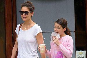 Katie Holmes ăn mặc xuề xòa khi đi dạo phố cùng con gái Suri