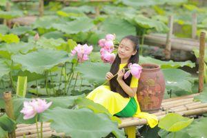 Bé gái Hà Thành tạo dáng đáng yêu bên hoa sen