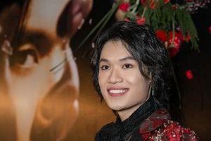 Diễn viên hài Quang Trung được nhạc sĩ Phương Uyên đệm đàn trong ngày ra mắt MV đầu tay
