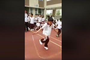 Sợ rớt môn thể dục, cậu học sinh Trung Quốc cố nhảy dây tới mức tụt quần
