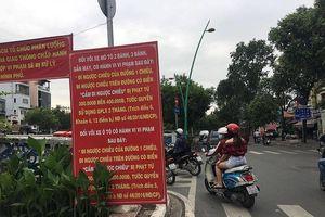 Bất chấp biển cấm, xe máy đi thẳng vào đường ngược chiều