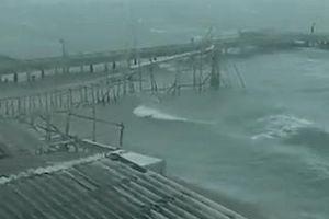 Khoảnh khắc gió thổi 'tung' nóc nhà trong cơn bão ở Thái Lan