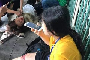 Bị trêu ghẹo trên phố, hai nữ sinh ngã xe phải nhập viện