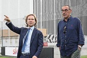 HLV Sarri đi máy bay đến nhận việc ở Juventus