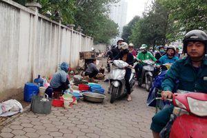 'Chợ cóc' họp ven đường Tố Hữu