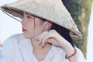 Chụp ảnh trần truồng ở hồ sen: Tạo scandal để nổi tiếng?