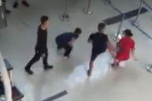 Đánh nhân viên hàng không vì không chịu chụp ảnh, 3 người đàn ông lãnh án