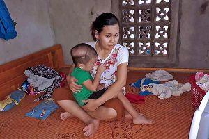 Cô giáo nghèo ở Quảng Trị bất lực nhìn con chết dần vì bệnh u não