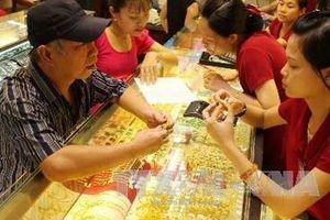 Tiếp tục tăng, giá vàng trong nước tiệm cận với thế giới