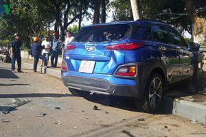 Hiện trường vụ ô tô con tông hàng loạt xe khi dừng đèn đỏ