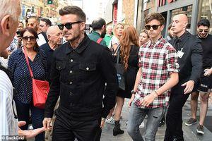 David Beckham mặc đồ sành điệu, phong độ ra phố cùng con trai Romeo
