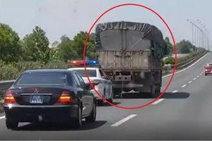 Tước bằng lái tài xế không nhường đường cho xe cảnh sát