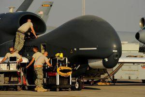 Iran khoe vớt được mảnh vỡ máy bay không người lái Mỹ bị bắn hạ