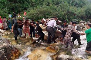 Xe buýt lao xuống vách núi ở Ấn Độ, 44 người thiệt mạng
