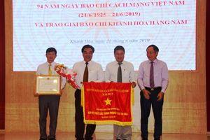Hội Nhà Báo tỉnh Khánh Hòa nhận cờ thi đua của Thủ tướng Chính phủ