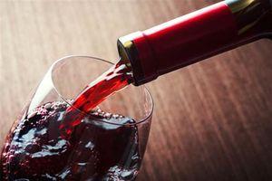 Nhặt được dưới tàu đắm chai rượu vang 150 tuổi, ai dè kinh dị...