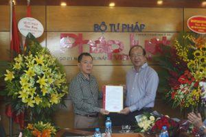 Thứ trưởng Phan Chí Hiếu chúc mừng Báo PLVN và trao quyết định tái bổ nhiệm cho Tổng Biên tập Đào Văn Hội