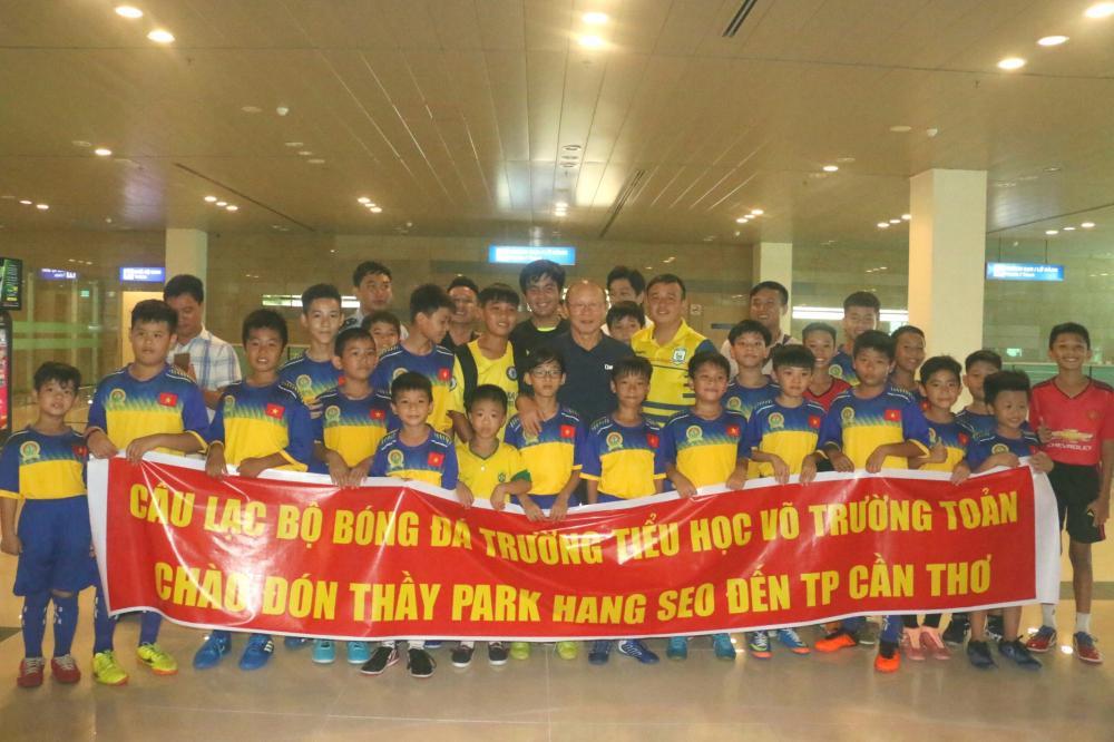 HLV Park Hang-seo giao lưu với hàng trăm trẻ em tại Cần Thơ