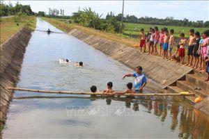 Lớp học bơi miễn phí trên kênh thủy lợi