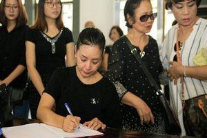 Chiều Xuân, Lan Hương giàn giụa nước mắt khi đến viếng 'Trùm biệt động Sài Gòn'