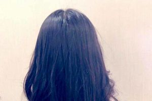 Con gái xinh như hoa hậu của MC Quyền Linh khiến fan trầm trồ vì tự tay cắt tóc uốn xoăn chuẩn như ở salon