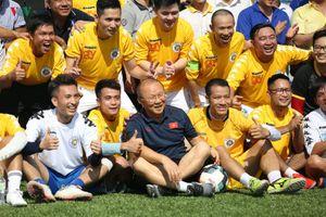 HLV Park Hang Seo ra sân thi đấu cùng các phóng viên nhân ngày 21/6
