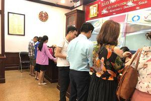 Giá vàng tăng mạnh, khách kéo nhau đi bán