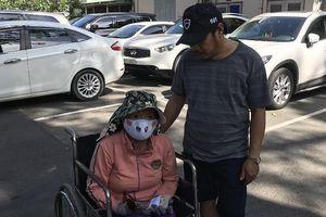 Trao tiền giúp chị Hoa Mai sớm trở về với các con