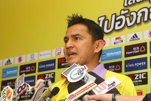 Nhìn sang ông Park, cựu tiền đạo Kiatisak lo cho bóng đá Thái