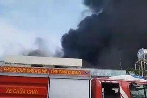 Công nhân chạy thoát thân trong đám cháy lớn tại Bình Dương