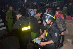 Hàng chục thanh niên phê ma túy hò hét trong vũ trường