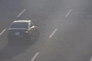 Xe bồn phanh 'cháy bánh' để né xế hộp lùi trên cao tốc
