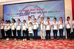 Trao học bổng cho học sinh nghèo vượt khó tại Thừa Thiên-Huế